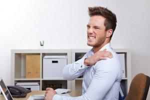 Geschäftsmann mit Schmerzen in der Schulter